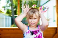 Neonata con le dita del piede colorate fotografia stock