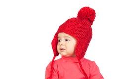 Neonata con un cappello divertente di colore rosso delle lane Fotografie Stock