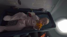 Neonata in culla dell'aeroplano stock footage