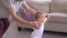 Neonata d'aiuto della madre da camminare a casa archivi video