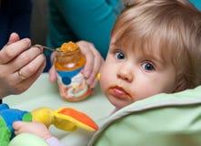 Neonata d'alimentazione della persona Fotografie Stock