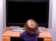 Neonata davanti alla TV Fotografia Stock
