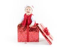 Neonata dentro sorridere del contenitore di regalo di Natale Immagini Stock