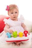 Neonata di bellezza che gioca con i giocattoli Fotografia Stock