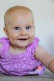 Neonata di 6 mesi dolce che sorride sul bianco Fotografie Stock