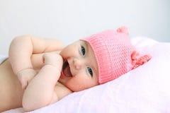 Neonata di risata in cappello rosa Immagini Stock Libere da Diritti