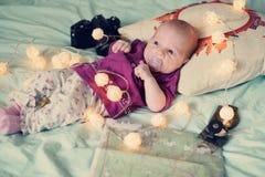Neonata di un mese sul letto, famiglia di viaggio Immagini Stock Libere da Diritti