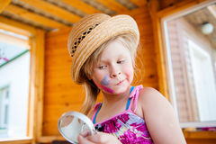 Neonata divertente in cappello fotografie stock libere da diritti