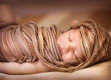Neonata dolce addormentata fotografia stock libera da diritti