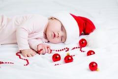 Neonata dolce addormentata il Babbo Natale Fotografia Stock