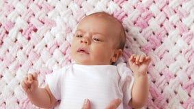 Neonata dolce che si trova sulla coperta tricottata della peluche stock footage