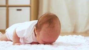 Neonata dolce che si trova sulla coperta tricottata della peluche video d archivio