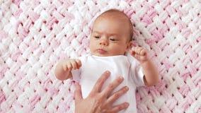 Neonata dolce che si trova sulla coperta tricottata della peluche archivi video