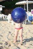 Neonata e la sua grande palla blu Immagini Stock Libere da Diritti