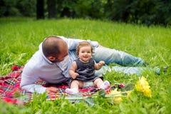 Neonata e papà che hanno picnic immagini stock