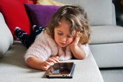 Neonata e telefono mobile fotografia stock