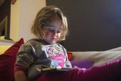 Neonata e telefono mobile fotografie stock libere da diritti