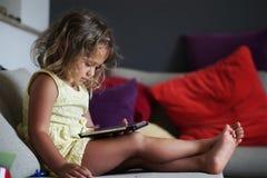 Neonata e telefono mobile immagine stock libera da diritti