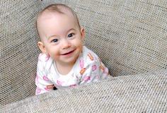 Neonata felice che cerca e che sorride immagine stock