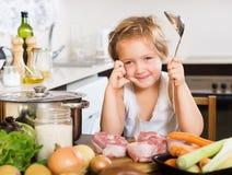 Neonata felice che cucina minestra con la siviera Fotografie Stock Libere da Diritti
