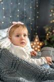 Neonata felice nell'ambito della casa dell'albero di Natale Immagini Stock
