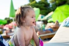 Neonata felice su una spiaggia immagine stock