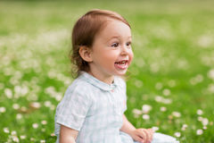 Neonata felice sul campo verde di estate Fotografie Stock