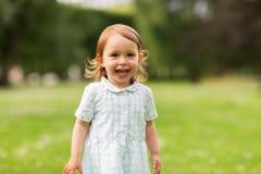 Neonata felice sul campo verde di estate Immagine Stock Libera da Diritti