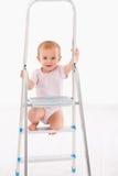 Neonata felice sulla scala Fotografia Stock Libera da Diritti