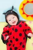 Neonata graziosa, vestita in costume del ladybug Fotografie Stock Libere da Diritti
