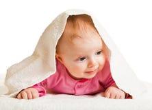 Neonata infantile che pone sul whtie Fotografia Stock Libera da Diritti