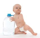 Neonata infantile del bambino che si siede con la grande bottiglia di acqua potabile Immagini Stock Libere da Diritti