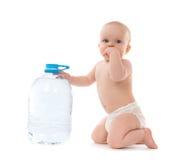 Neonata infantile del bambino che si siede con la grande bottiglia di acqua potabile Fotografia Stock Libera da Diritti