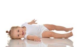 Neonata infantile del bambino in pannolino che si trova su un sorridere felice posteriore Immagine Stock