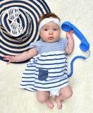 Neonata infantile di quattro mesi del bambino che si trova su una parte posteriore soddisfatta del sole Fotografia Stock