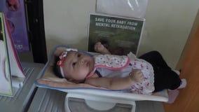 Neonata pesata durante l'esame medico pediatrico archivi video