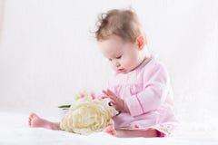 Neonata più dolce che gioca con un fiore bianco enorme Immagine Stock