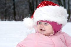 Neonata sorridente in cappello rosso di natale. Immagini Stock Libere da Diritti