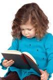 Neonata sorridente che legge un libro Fotografie Stock Libere da Diritti