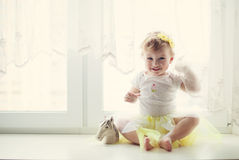 Neonata sorridente che si siede vicino alla finestra Fotografia Stock Libera da Diritti