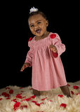 Neonata sorridente coperta di pedali di rosa Fotografia Stock