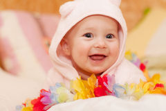 Neonata sorridente nel colore rosa Fotografie Stock Libere da Diritti
