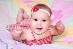 Neonata sorridente in vestito da estate Fotografia Stock Libera da Diritti