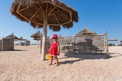 Neonata su una spiaggia Fotografie Stock Libere da Diritti