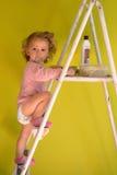 Neonata su uno step-ladder Fotografie Stock Libere da Diritti