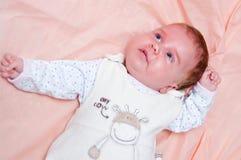 Neonata sul colore rosa   Fotografie Stock Libere da Diritti
