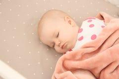 Neonata sveglia che dorme in greppia bedtime fotografia stock libera da diritti