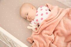 Neonata sveglia che dorme in greppia bedtime fotografia stock