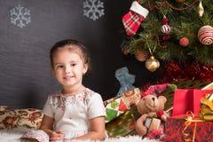 Neonata sveglia che si siede sulla coperta nel Natale interno Immagine Stock Libera da Diritti
