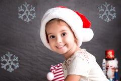 Neonata sveglia che si siede sulla coperta nel Natale interno Immagini Stock Libere da Diritti